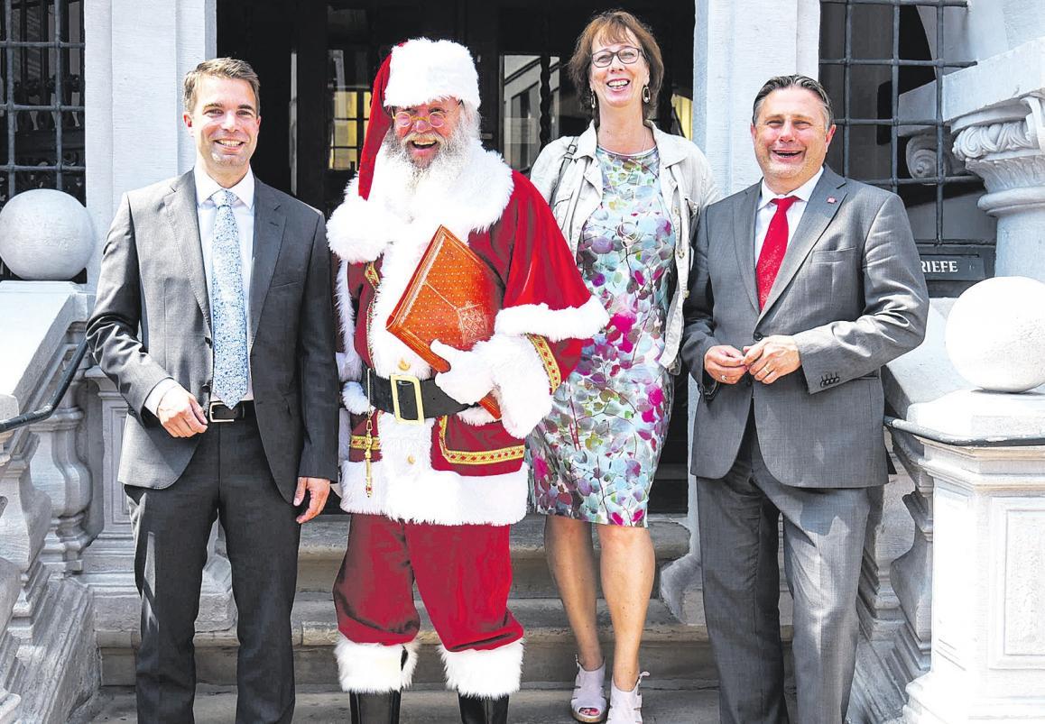 Oberbürgermeister Dr. Jörg Nigge (von links), der bekannte Celler Weihnachtsmann, Alice Baker von der Rut Wiess GmbH und Geschäftsführer der CTM, Klaus Lohmann. Foto: Lisa Müller
