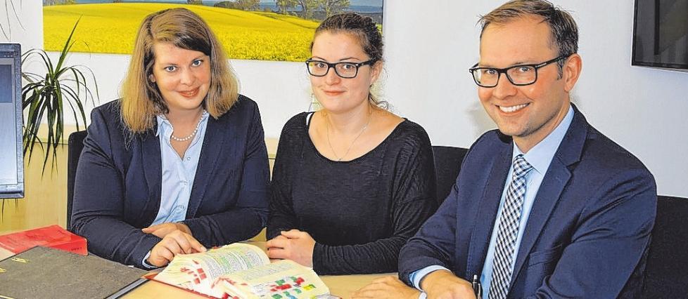 Suchen die Steuerfachleute von morgen: Annika Hanschmann, Frauke Loßner und Dr. Henning Tometten. FOTO: HFR