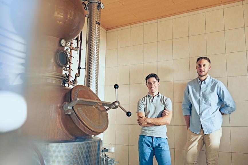 Gesucht und gefunden: Winzer Andreas Bauer (links) destilliert den Gin, den der Koch und Hotelbetriebswirt Christopher Wloka zunächst als Projektarbeit entwickelt hat.
