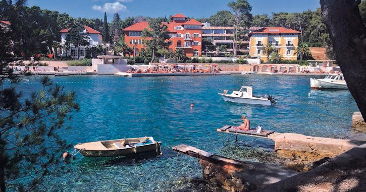 Die romantische Cikat Bucht von Losinj begeistert mit ihren Villien und dem flachen, klaren Gewässer.