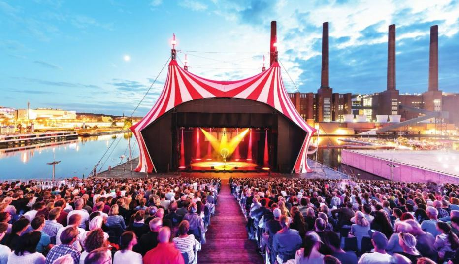 Spektakuläre Shows im Cirque Nouveau locken im Sommer in die Autostadt. © Mario Westphal