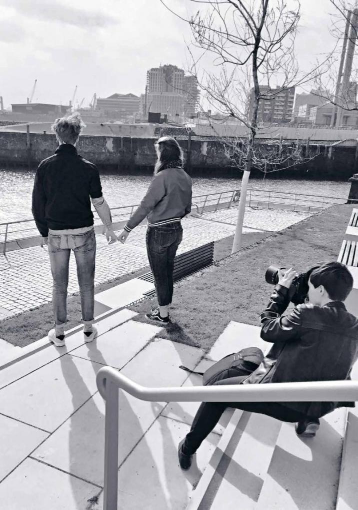 """Sharing MomentsFür das Covermotiv traf sich Fotografin Catrin-Anja Eichinger mit den Models Luise und Tim auf der Elbpromenade/Ecke Magdeburger Brücke. Drumherum nur Baustellen und eine steife Brise – aber dem Blick auf den Hafen und dem Glitzern auf der Norderelbe war das egal. Falls Sie sich fragen, wie die beiden von vorn aussehen: Tim ist im Artikel """"Die Sachen der anderen"""" auf dem Titelbild, Luise in demselben Artikel auf dem letzten Bild (l.) zu sehen."""
