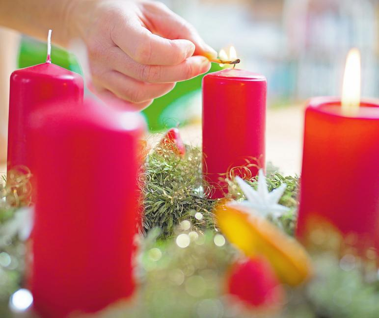 Der Adventskranz wurde von einem Pfarrer erfunden. Er sollte Kindern als Kalender dienen, so dass sie die Zeit bis Weihnachten zählen konnten. Fotos: dpa