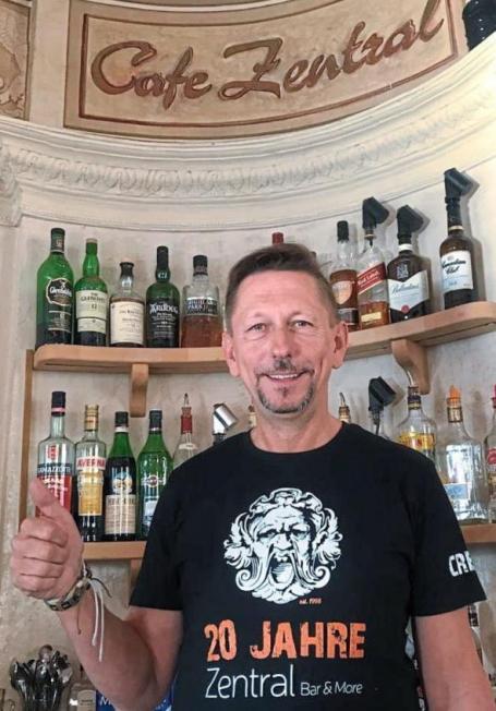 Grund zur Freude: Seit 20 Jahren betreibt Peter Wittmann das Café Zentral in Beilngries.Foto: privat