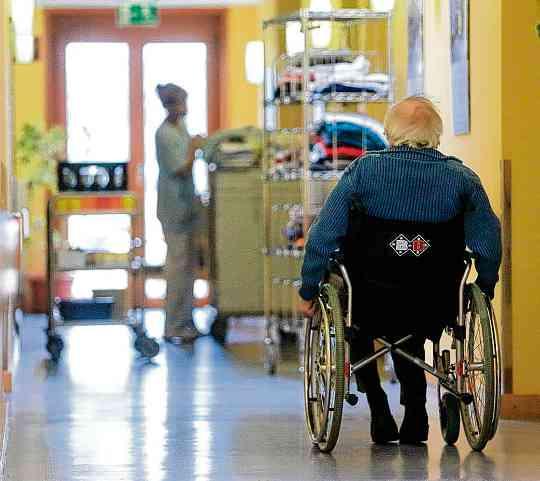 Die neuen Pflegestärkungsgesetze sollen den Pflegebedürftigen sowie pflegenden Angehörigen umfassendere und passgenauere Leistungen bringen.FOTO: DPA