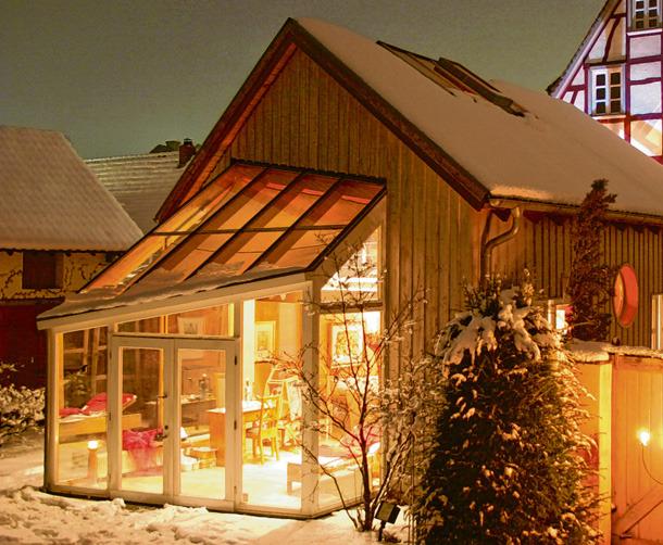 Fachwerk trifft auf modernes Design: Ein Wintergarten kann jeder architektonischen Situation angepasst wer den.Foto: epr/Wintergarten Fachverband