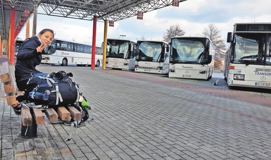 Warten auf den Bus: Von Barcelos aus machten sich Michaela und Kristin auf den Weg nach Ponte de Lima – diesmal nicht zu Fuß.FOTO: PRIVAT