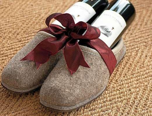 Die bei Marxen Wein erhältlichen Puschen eignen sich, bestückt mit zwei Flaschen Wein, als individuelle Geschenkidee. FOTO: HFR