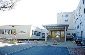"""Die Wertachklinik Schwabmünchen heute. Zum 1. Juli 2006 wurde das """"Gemeinsame Kommunalunternehmen Wertachkliniken Bobingen und Schwabmünchen"""" gegründet. Die zwei bislang selbstständigen """"Städtischen Krankenhäuser Bobingen und Schwabmünchen"""" wurden fortan unter einem Dach vereinigt, um der Bevölkerung auch langfristig eine qualitativ hochwertige, aber auch wirtschaftlich überlebensfähige Krankenhausversorgung bieten zu können. Seit 2010 laufen Renovierungen.Fotos: Wertachklinik Schwabmünchen/Sonja Schönthier"""