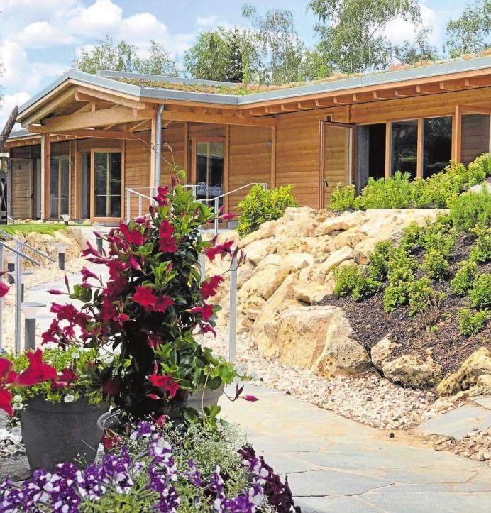 """Neustart im Titania. Im Jahr 2017 waren rund 131 000 Besucher in den eigentlich großzügigen Saunabereich des Titania gekommen. Zu beliebten Zeiten wurde es dort oft eng und so plante man die nun eröffnete """"Schärensauna"""", die 90 Gästen Platz bietet und zusätzlich einen Ruheraum für 30 Personen. Das Freigelände ist mit dem Neubau erweitert worden, öffnet sich nun nach hinten deutlich weiter und macht das gesamte Gelände weitläufiger. Die Sauna steht auf einem kleinen Hügel, was den großzügigen Effekt verstärkt. Innen gibt es Wandverkleidungen aus altem Holz und Bilder der schwedischen Schärenlandschaft, von der das Gebäude seinen Namen erhalten hat. Eine kleine Hommage an die Neusässer Partnerstadt Eksjö in Småland. Betrieben wird das neue Haus mit einer leistungsstarken Gasheizung. Die Gestaltung des Sanitärbereichs im Inneren und der Außenduschen ist sehr edel gehalten. So gibt es im länger bestehenden Teil der Saunawelt auch neue Duschen und Toiletten. Zusammen mit Partnern aus der Region und durch viel Eigenleistung der Mitarbeiter wurde dieses Projekt gestemmt. Jetzt freut man sich auf einen gelungenen Start und hält für die ersten Besucher kleine Überraschungen bereit.Fotos/Text: Monika Saller/Petra Voßiek"""