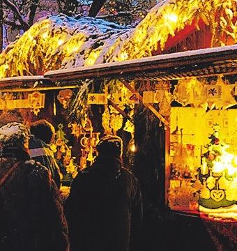 Die festliche dekorierten Buden begeistern die Besucher.