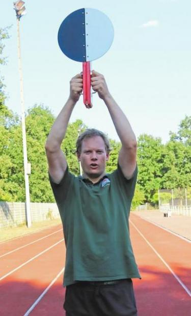 Trainer Daniel Welling vom SC Westfalia Kinderhaus vergibt das Sportabzeichen an fitte Familien Image 3