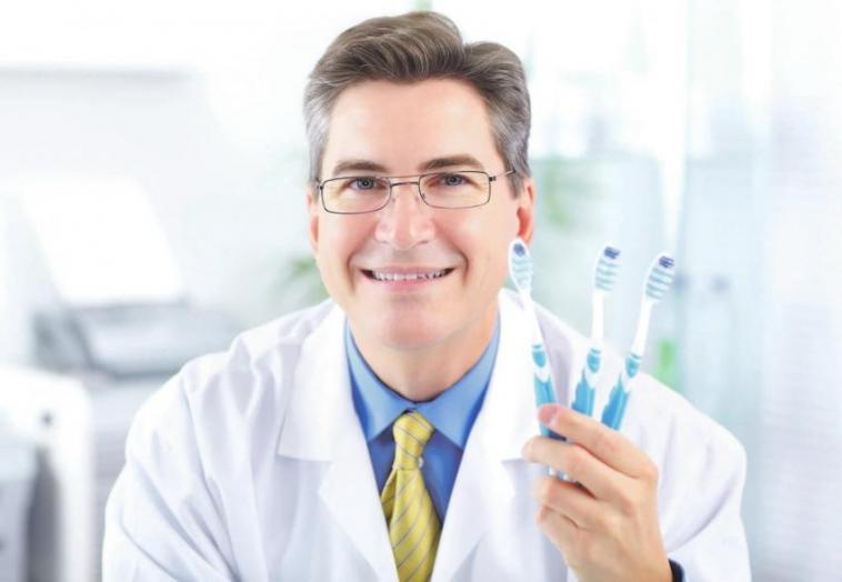 Für dauerhaft gesunde Zähne ist eine tägliche Zahnpflege und Mundhygiene unerlässlich. Nur so lassen sich Folgeerkrankungen wie Karies oder Zahnfleischprobleme verhindern.Foto: © kurhan / 123rf.de