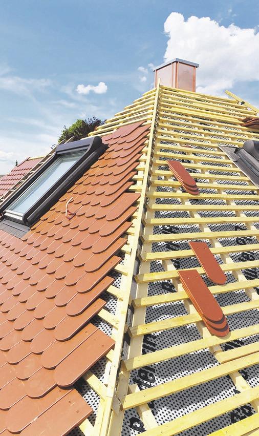 Eine neue Dacheindeckung wertet den Altbau optisch auf und schützt zugleich die Bausubstanz für viele Jahre. Nicht vergessen sollten Hausbesitzer bei dieser Gelegenheit die Wärmedämmung. Foto:djd/Paul Bauder/ Getty Images/Brand X
