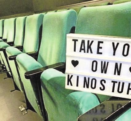 4444 Euro-Spende: Das Cinderella schloss seine Türen. Dort wurden 380 Kino-Stühle für einen guten Zweck verkauft. Die Stühle waren nach einem riesigen Andrang bereits nach einer Stunde komplett ausverkauft. Mit dem Verkauf weiterer Dinge aus dem Foyer sowie Bannern kamen bei der Aktion zugunsten der Kinderklinik Augsburg 4444 Euro zusammen.