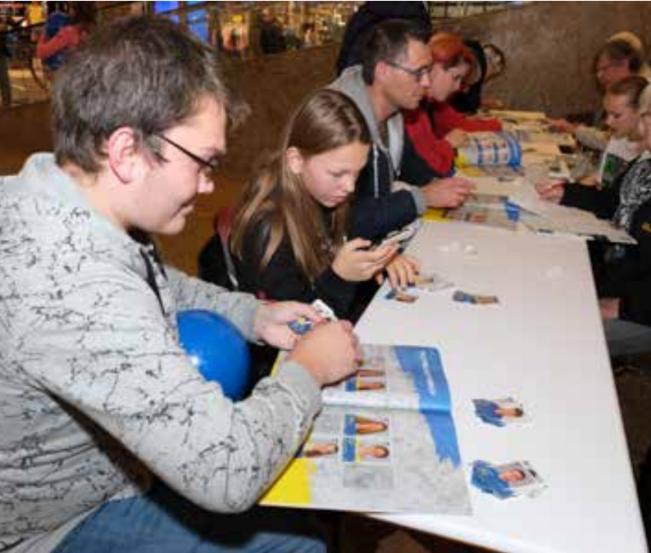 Tauschbörse für Sticker im Schlosspark-Center in Schwerin
