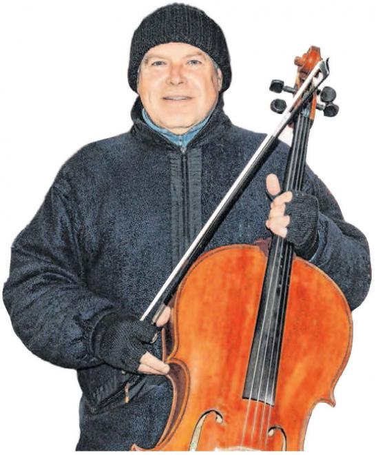 Er spielt das Cello