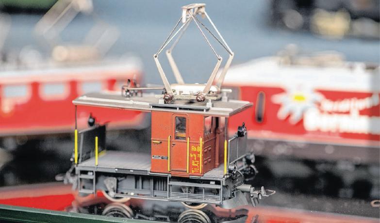 Schaukelpferd, Eisenbahn und Puppe