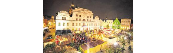 Glühwein und Geschenkideen beim Güstrower Weihnachtsmarkt auf dem Marktplatz