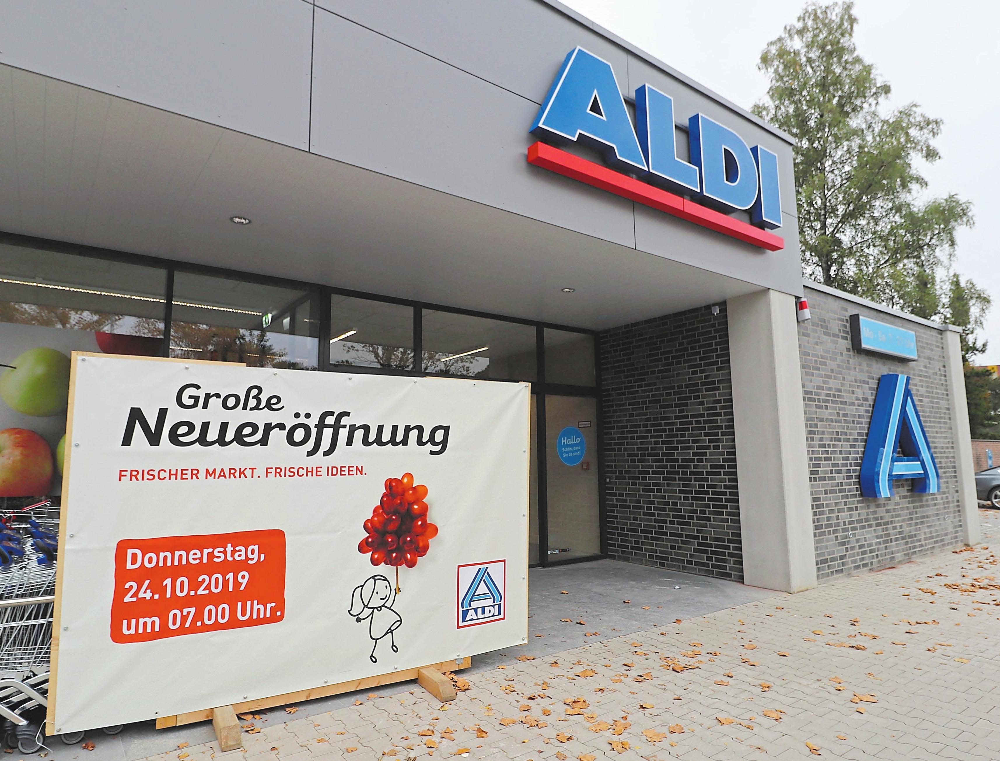 Das Schild gibt Auskunft: Am Donnerstag öffnen die Türen des neu errichteten Marktes. Fotos: Guido Kratzke