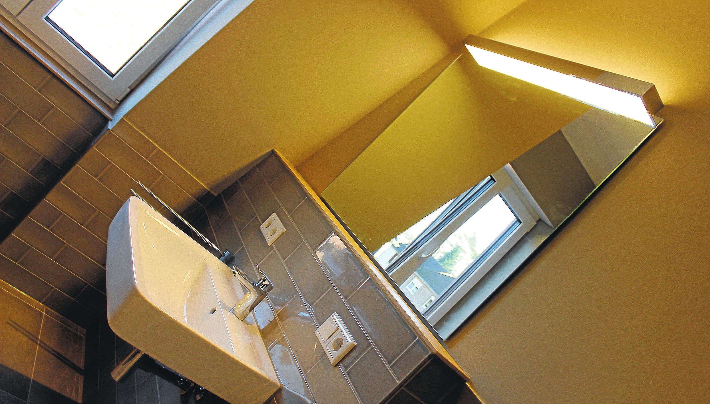 Ein Bad zum Wohlfühlen: Eine clevere Raumaufteilung sorgt für genug Privatsphäre auch unter den Bewohnern.