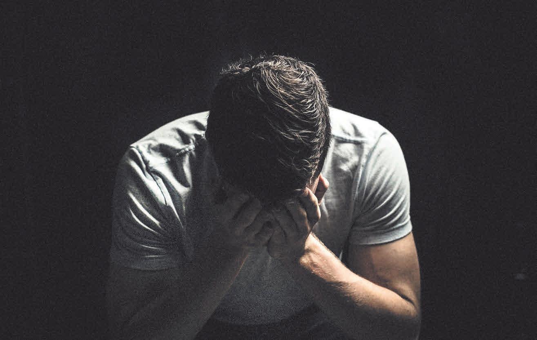Der Tod eines Menschen löst unterschiedliche Gefühle aus. Die Trauer ist dabei für viele im ersten Moment überwältigend, weshalb angemessene Hilfe umso wichtiger ist.