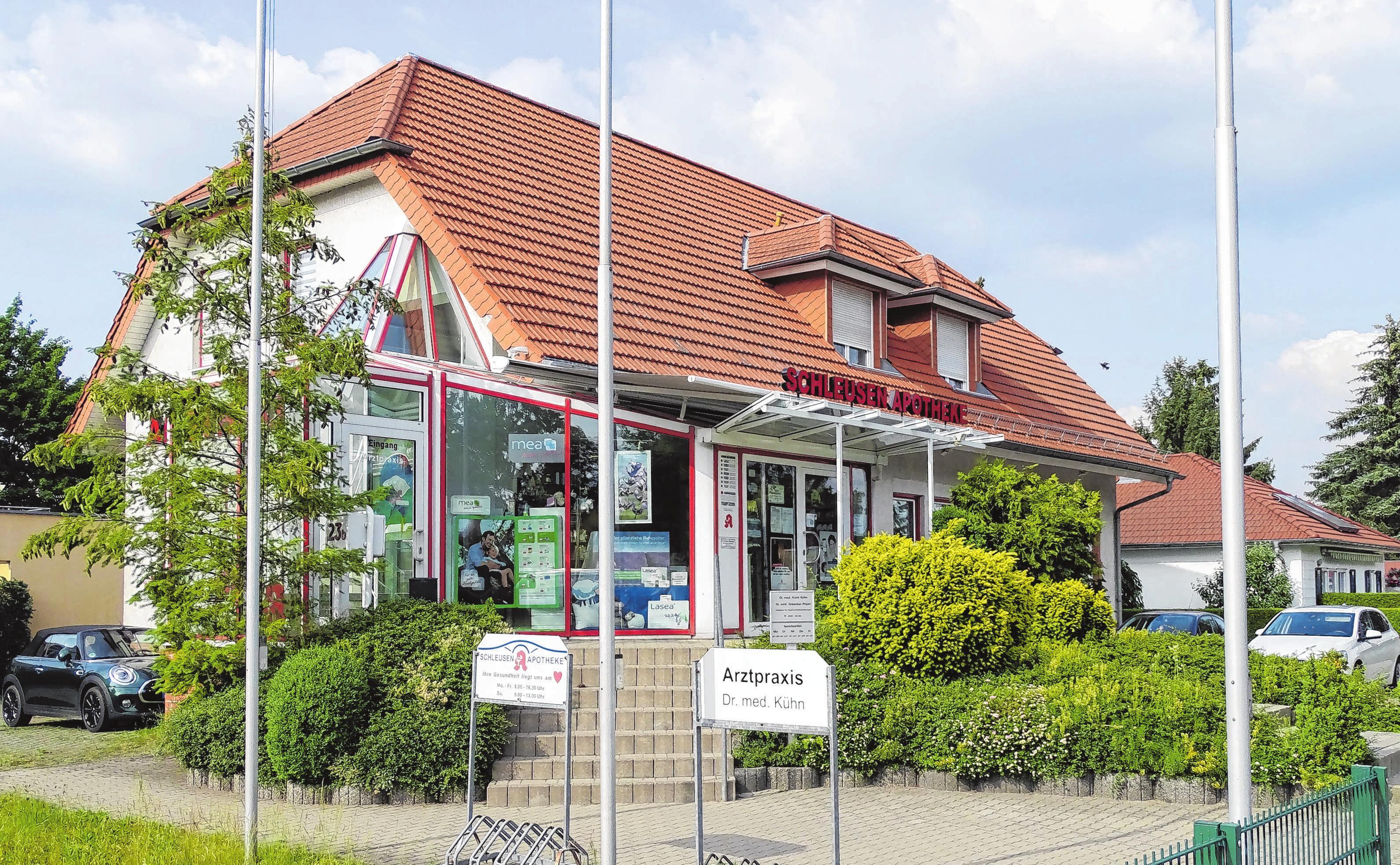 Schleusenapotheke mit langer Geschichte und Ärztehaus an der Granseer Chausee prägen den Ort und sind nicht nur für Sachsenhausener ein Infrastrukturfaktor.