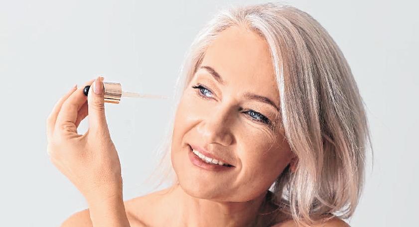 Von wegen faltig: Mit regelmäßiger Pflege und den richtigen Schminkeffekten lässt sich auch im Alter etwas jugendliche Frische ins Gesicht zaubern. BILD: DPA