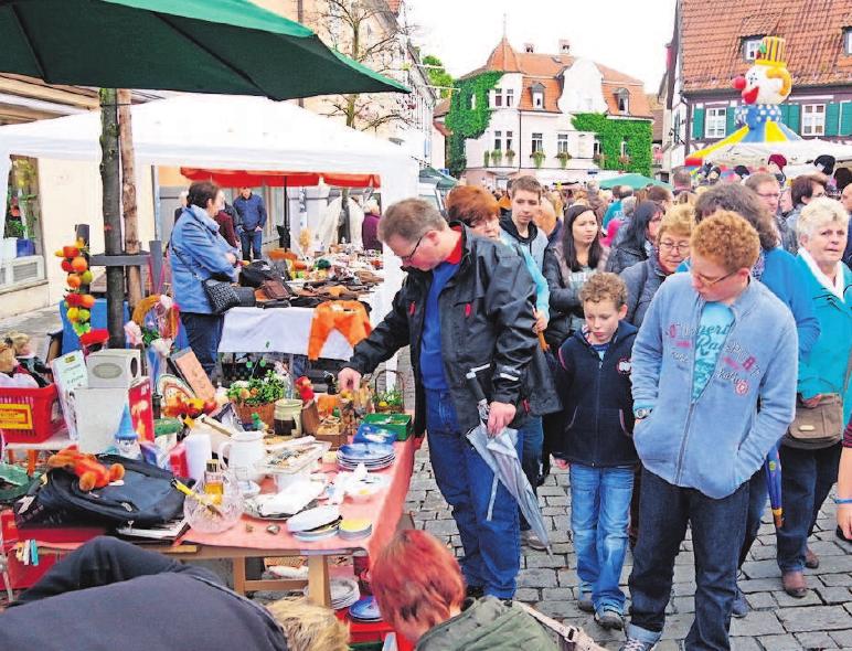 Über den Trödelmarkt bummeln gehört am verkaufsoffenen Sonntag in Kronach einfach dazu.