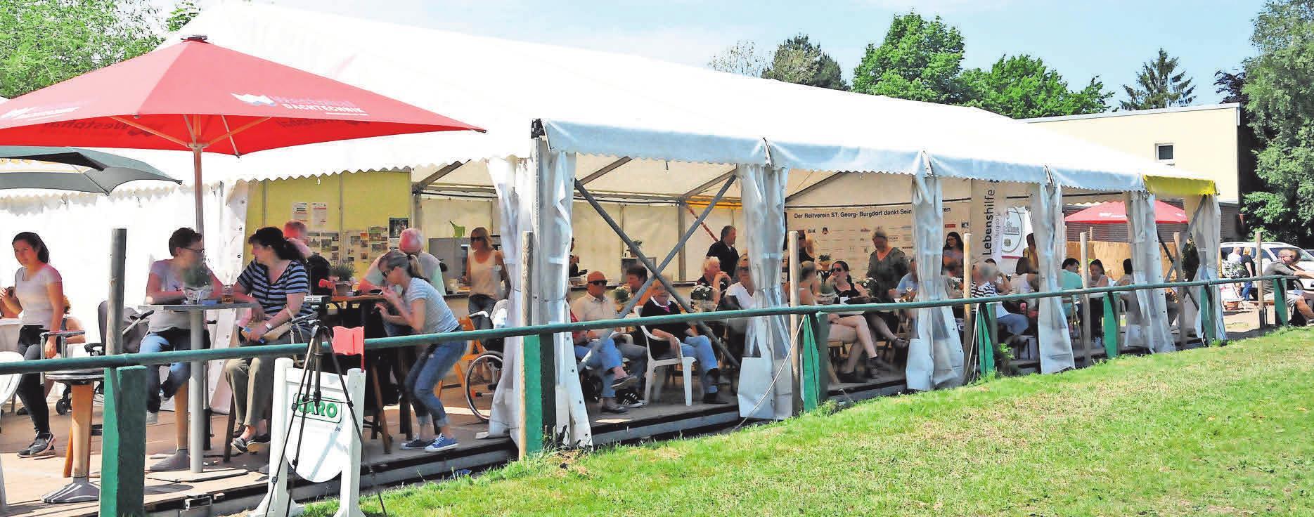 In den Zelten können sich die Besucher mit Getränken, Gegrilltem, Kaffee und Kuchen stärken