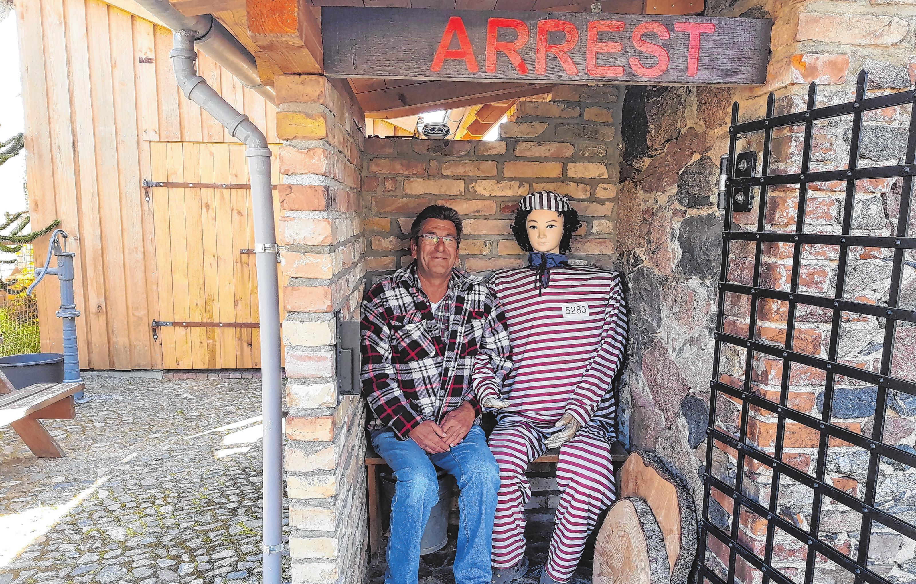 Beliebtes Fotomotiv: Auf das Fundament einer alten Arrestzelle stieß man beim Wiederaufbau nach 2012.