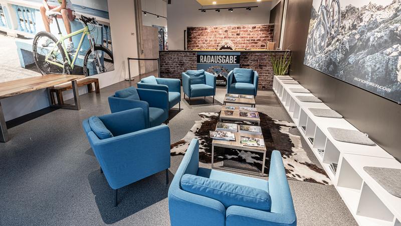 Chillen, bevor es richtig losgeht: Im Lounge-Bereich warten Kunden nicht nur bequem, sie können sich auch über Trends informieren