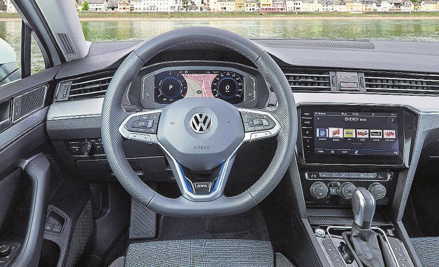Das Bildschirm-Doppel setzt einen optischen Akzent im Cockpit.