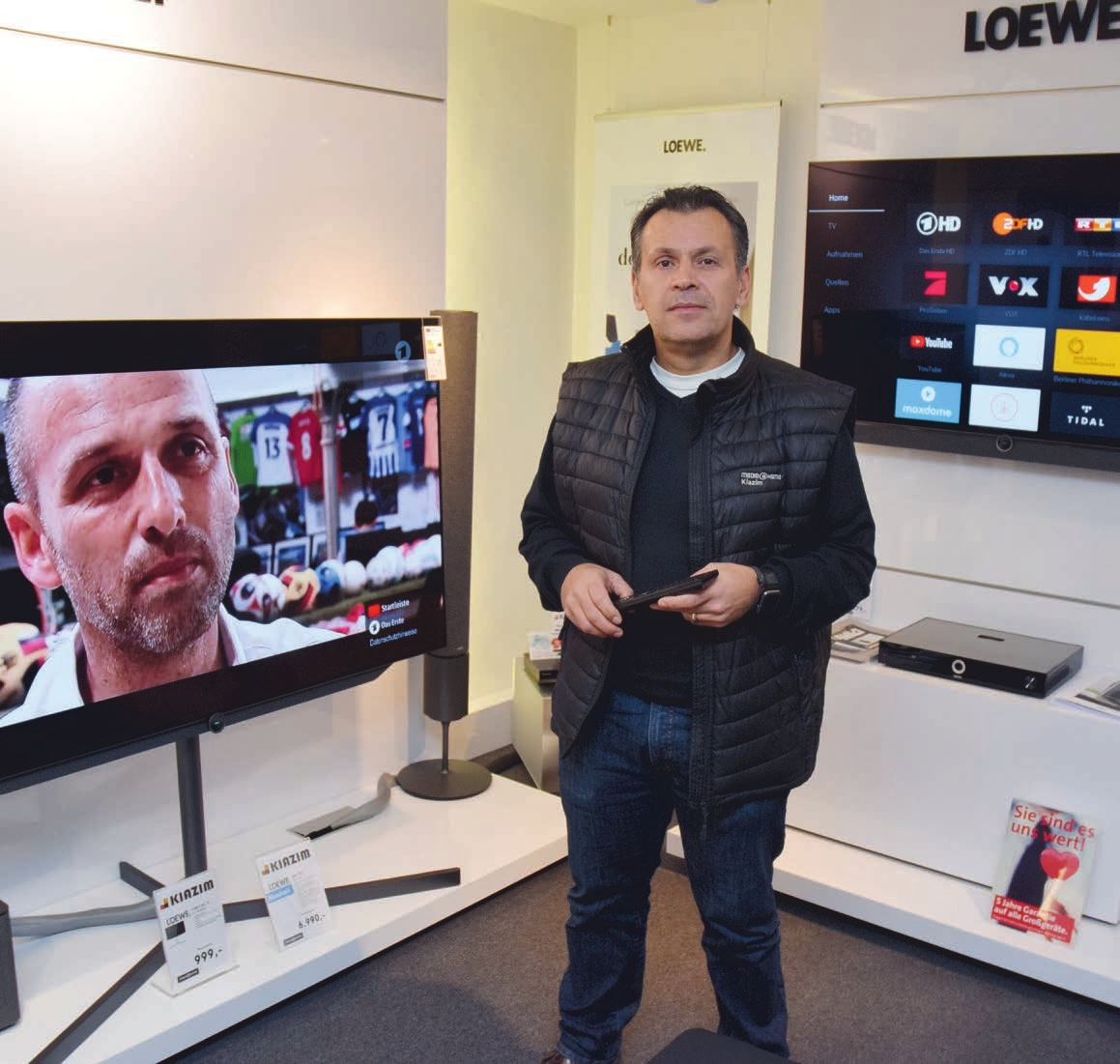 Senol Kiazim mahnt, nicht zu lange mit der Umstellung auf digitales Fernsehen zu warten. Je näher die Umstellung rückt, desto schwieriger wird es, alle Kundenwünsche umgehend zu erfüllen. Deshalb sollte man sich jetzt kümmern, bevor der Bildschirm schwarz bleibt Foto: Kuno Klein