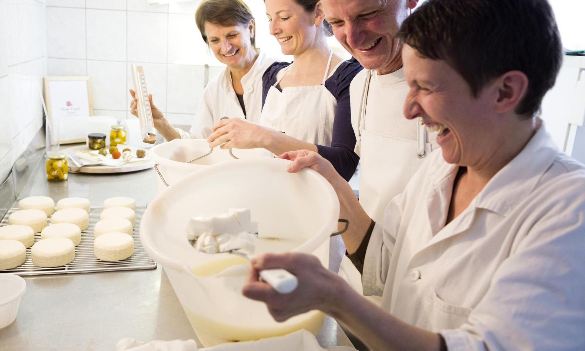 Käse machen fürs Almfrühstück Image 1