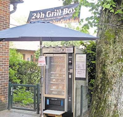 Die 24-Stunden-Grillbox an der Clemens-August-Straße wird von Alexander Hessling bestückt. Fotos (2): L. Wedemeyer