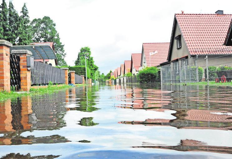 Ein mittlerweile vertrautes Bild: Stark- und Dauerregen flutet Straßen und Häuser. FOTO:GEORG-STEFAN RUSSEW/DPA