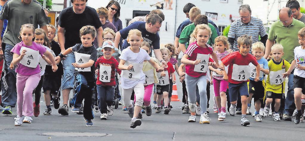 Selbst die Kleinsten sind in Rosdorf schon mit viel Eifer dabei – wie etwa hier beim Bambini-Lauf. FOTO (ARCHIV): PFÖRTNER