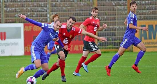 Steven Schubert ist einer der alten Hasen beim 1. FC Lok Stendal. Er lenkt das Stendaler Spiel im Mittelfeld. Sein neuer Kollege dabei ist Angelos Ntais (rechts). Foto: Thomas Wartmann