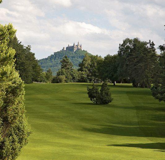 Golfclub Hechingen-Hohenzollern: Von der 18-Loch Golfanlage haben Sie immer einen schönen Blick auf die Burg Hohenzollern.