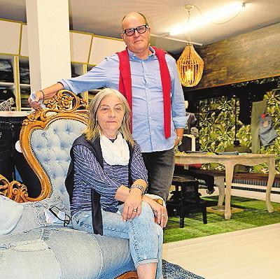 """Jeans & More"": Otwin und Brigitte Wadle beraten Jeans-Käufer fachkundig. FOTO: TKN"