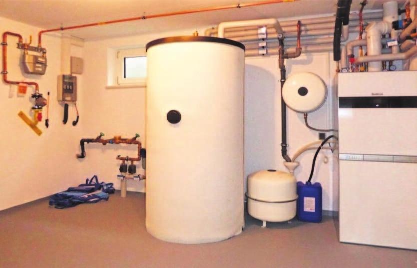 Technikraum mit hocheffizienter Erdgas-Brennwerttechnik.