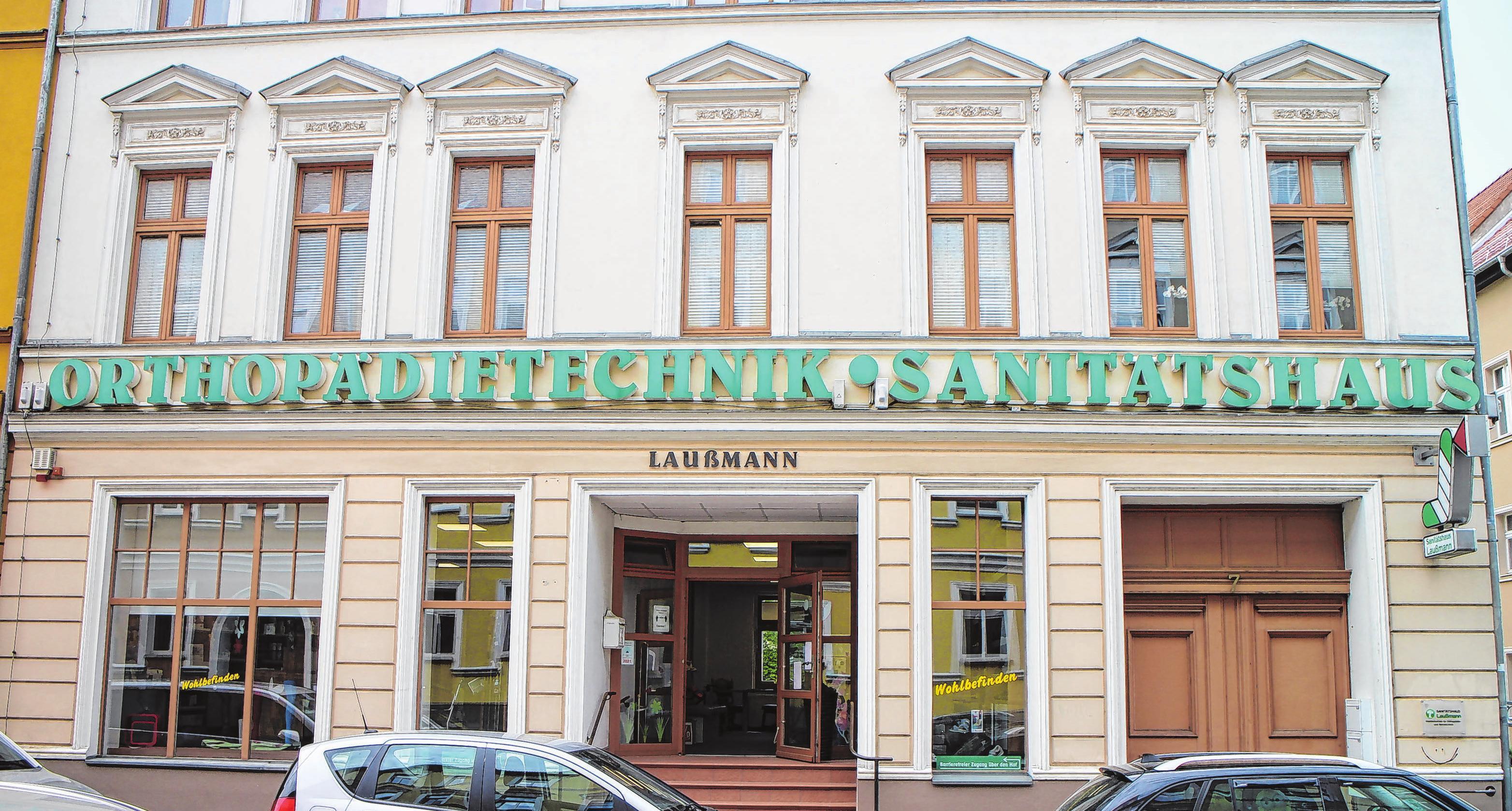 Nach der Wende zog das Sanitätshaus von der Leipziger Straße (ehemals Wilhelm-Pieck-Straße 35) in die Peitzer Straße 7.