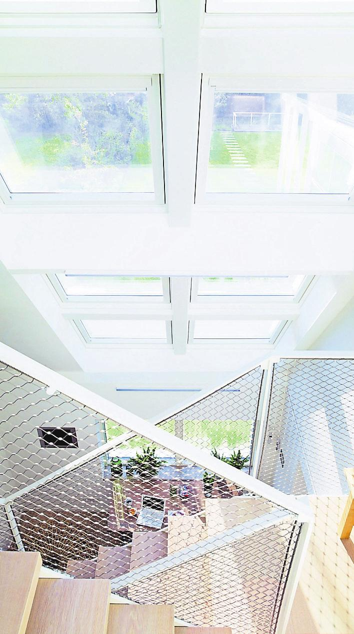 Die Schießscharten früherer Tage sind out, denn heutige Fenster sind so energieeffizient, dass sie ohne Bedenken großzügig eingesetzt werden können. Damit neue Fenster maximale Energieeinspar-Leistungen bringen, sollten sie von einem Fachmann eingebaut werden. Foto: VFF/DS