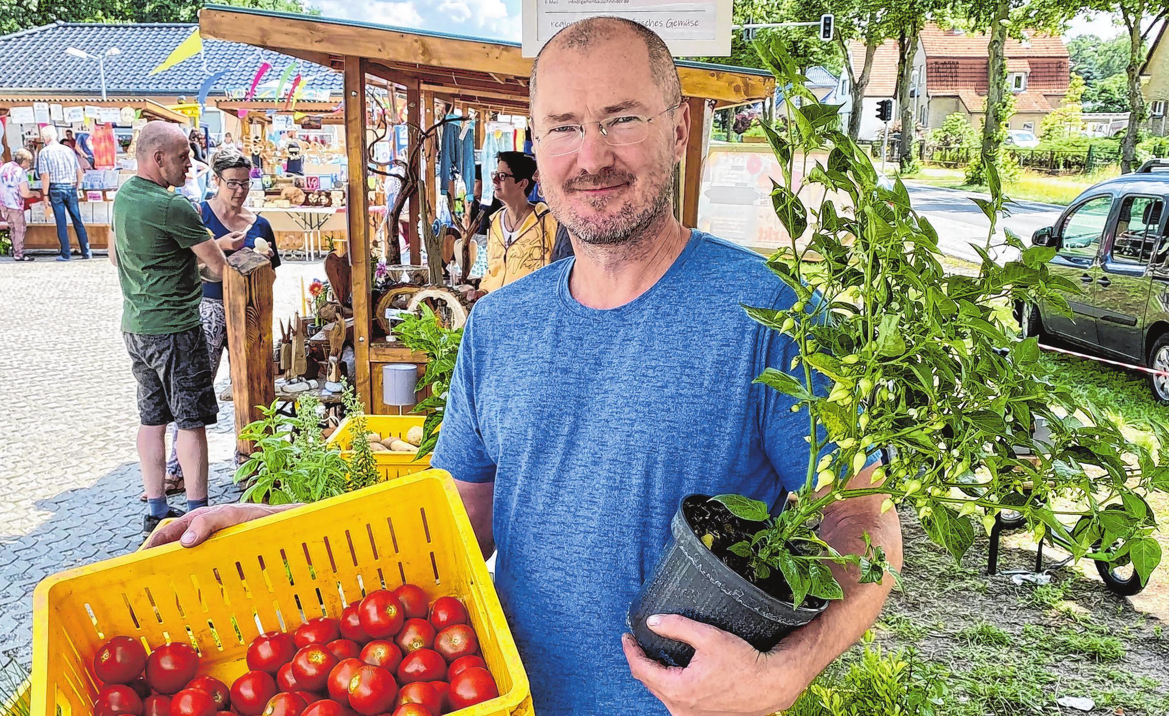 Die Hangelsberger Gärtnerei Schneider bot saisonales frisches Gemüse an. Erik Schneider hat unter der Woche seinen Hofladen von Mo-Fr 9-18 und Sa von 9-12 Uhr geöffnet. Neben Gemüse und Kräutern bietet er auch Chillipflanzen an.