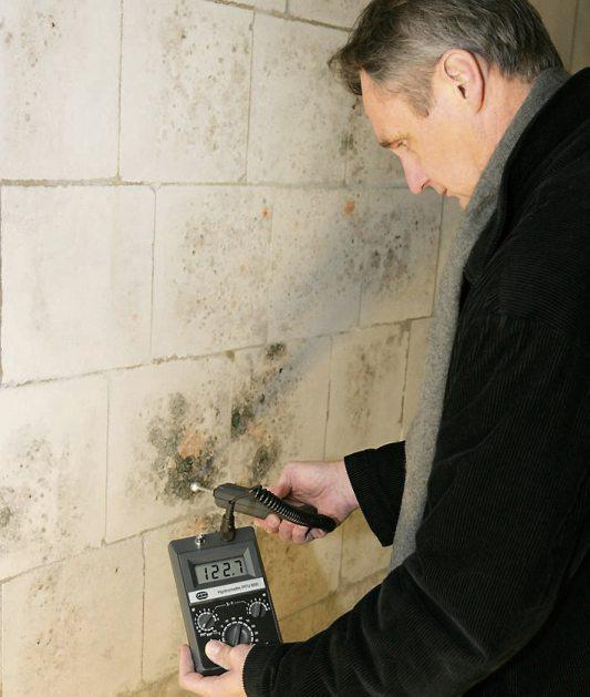 Nachdem der Grund für die Feuchtigkeit sowie die dadurch entstandenen Schäden am Bau beseitigt wurden, sollte ein Profi für die Bautrocknung sorgen. Bild: VPB