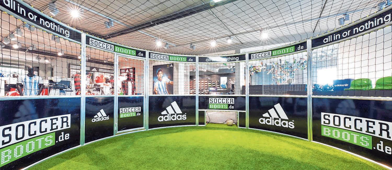 Die Schwerpunkte von Sport Schwab liegen künftig auf Fußball, Running, Outdoor, Training und Teamsport. Im Soccercage können Fußballschuhe vor dem Kauf getestet werden. FOTOS: SPORT SCHWAB/MS