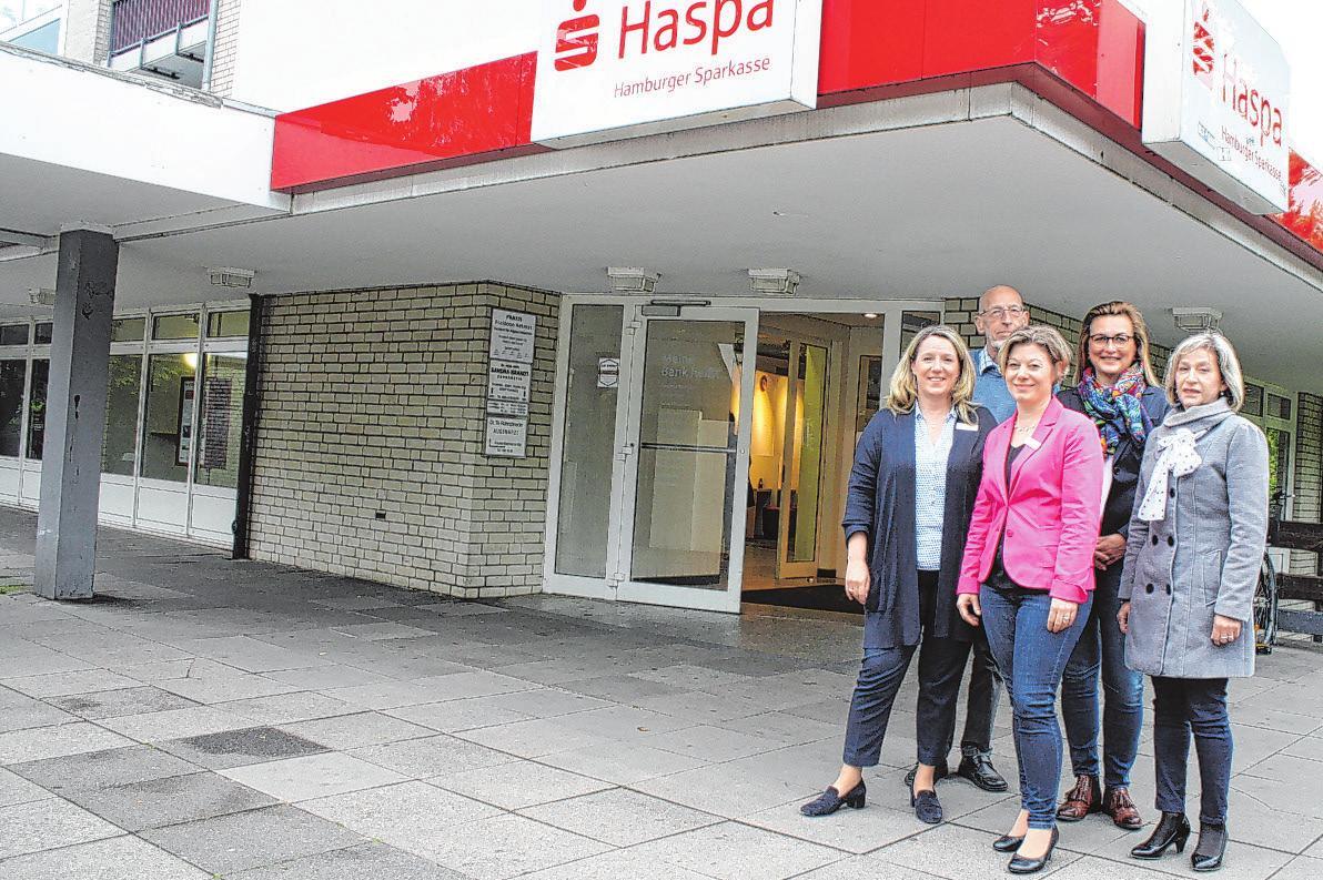 Franziska Breitmeier (Haspa), Johann-Peter Hoelting (Verein Machbarschaft), Claudia Hatje (Haspa), Michaela Blank (Vitalacademy) und Yordanka Ovcharova vom Sanitätshaus Rosenau. (v.l.) Foto: Jenjahn