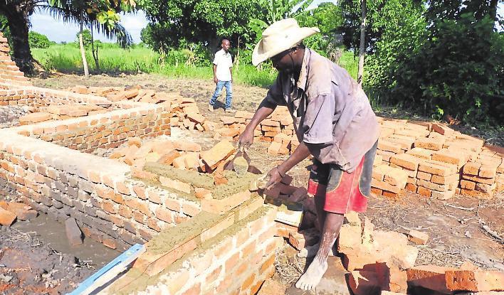 Die Gebäudemauern werden errichtet. Foto: Petra Mathey