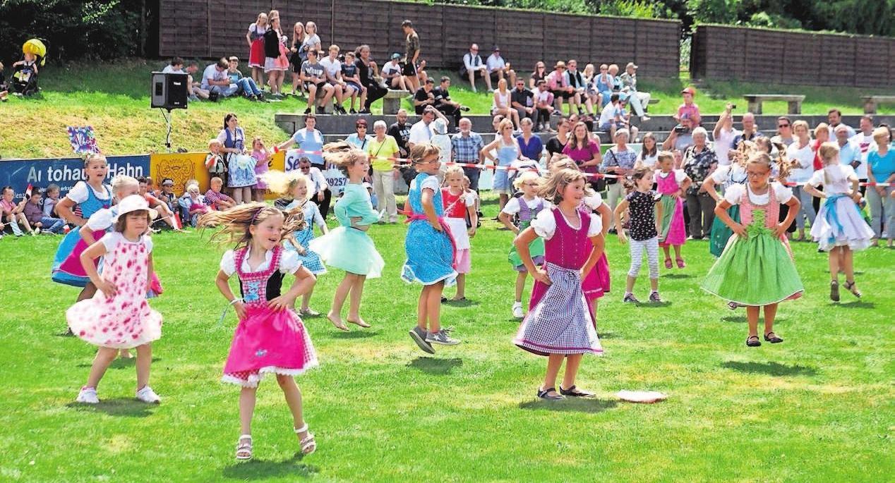 Der Wiesenfestmontag gehört den Schulkindern. Dann zeigen diese ihre eingeübten Tänze auf dem Sportplatz. Foto: Archiv FP